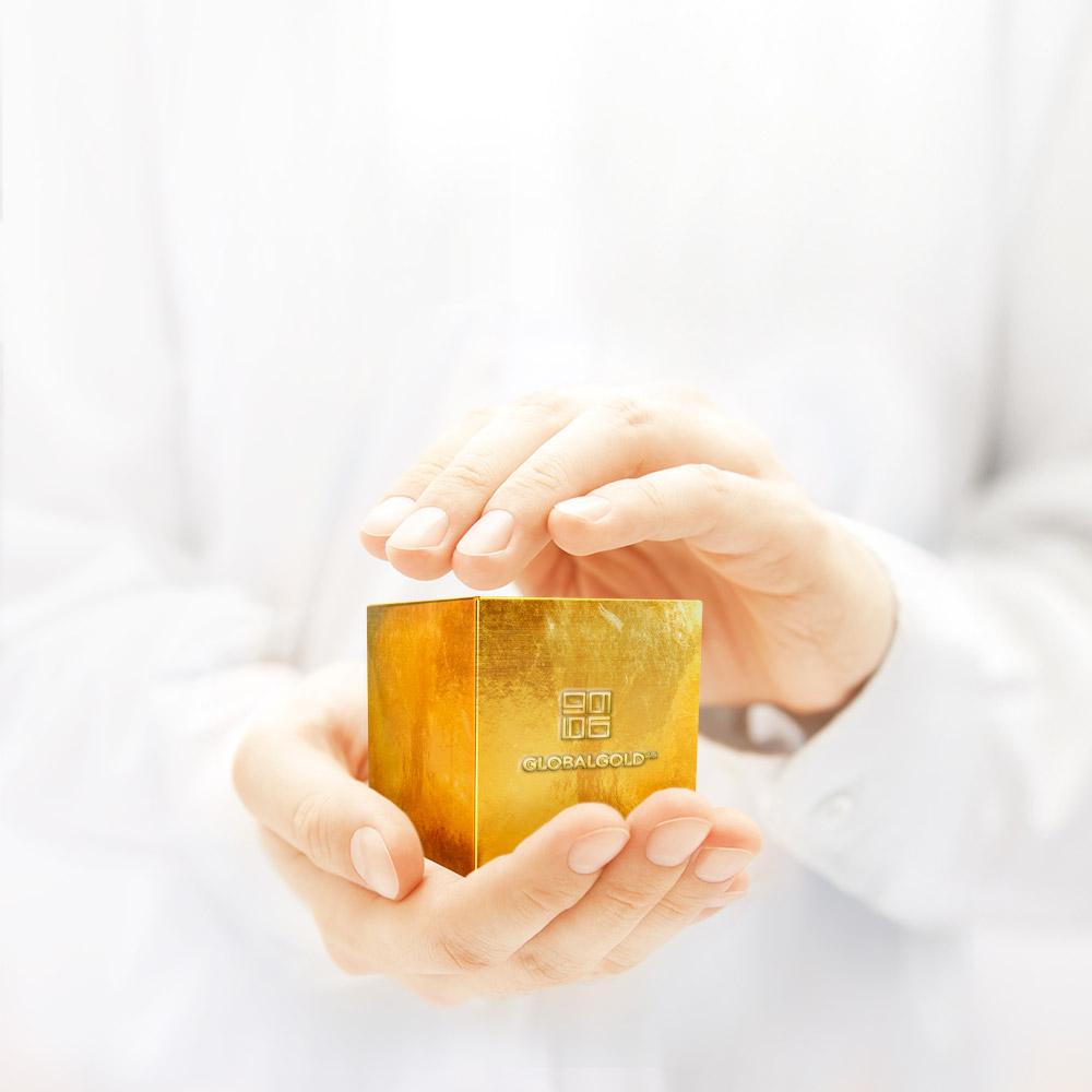 Hände halten eckigen Goldbarren